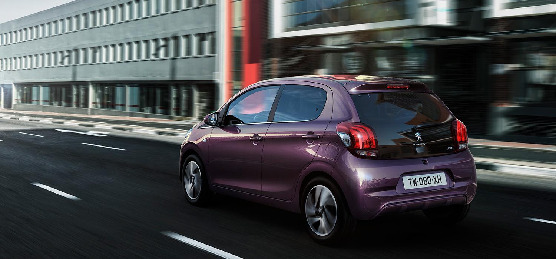 Paarse Peugeot automaat achterzijde